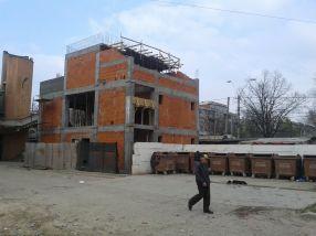 Vila este construită la un metru de ghena de gunoi