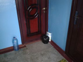 Mîrlanul de la bloc își lasă gunoiul la ușă, ca să împută toată scara