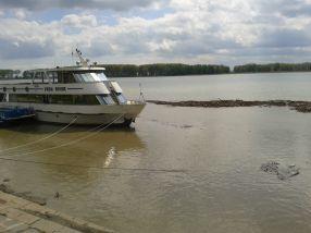 Dunărea curge bine la Galați, numai că este plină de jeg, peturi și gunoaie