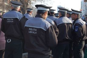 Polițiști locali care se bulucesc să vadă noile secții