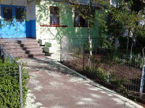 Țărănoiul din Galați nu irosește varul, ci are grijă să îl împrăștie cu grijă în fața blocului