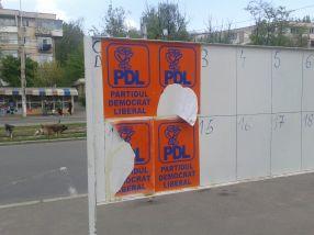 Nu unul, nu două, ci patru afișe cu PDL pe panoul electoral