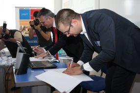 Andy Pușcă, Rector al Universităţii Danubius şi Alexandru Giboi, director general Agerpres - semnarea parteneriatului pentru proiectul ReStart