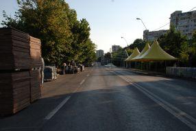 Pe Faleza superioară, în zona oprită circulației, se întind corturi