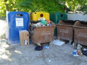 Muncitorii de la Ecosal Galați au aranjat strategic pubelele de culoare maro