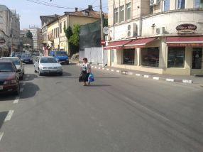 Gălățenii traversează str. Bălcescu pe unde au ei chef