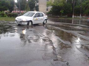 Locul plin de gropi ascunse sub apa de ploaie unde Florin Baltag și-a rupt astăzi mașina
