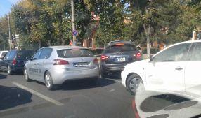 Mașina cu nr. GL 27 XFX, condusă de soția primarului Marius Stan, a blocat str. Brăilei, pe banda întîi