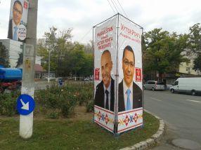 Afișul în care primarul Stan îl pupă în cur cu avînt electoral pe Victor Ponta stătea și azi înfipt pe spațiul verde, lîngă trandafiri