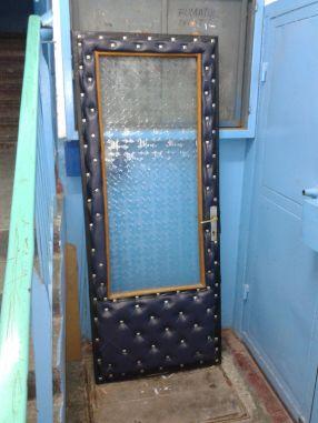 Strigător la cer: o ușă capitonată a fost scoasă pe casa scării. În ce lume trăim?
