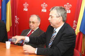 Dan Nica pe vremea cînd Iliescu îi dădea voie să-i mai toarne un pahar