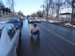 În căruciorul cu rotile, în mijlocul străzii, printre mașini