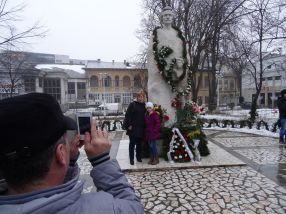 Profil de țăran cu Facebook: își trage familia în poză la statuie, ca să aibă cu ce se lăuda seara în fața prietenilor virtuali