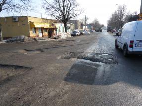 Șoferii ocolesc cît pot și ei craterele căscate pe str. Traian