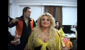 Gabi Chifu și avocata Beatrice Martiș, în rol de scamatori în videoclipul regizat de directorul Etv, Cătălin Negoiță