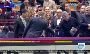 Momentul în care președintele Klaus Iohannis îl sare de la salut pe primarul Marius Stan