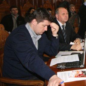 Liderul Cristache încercînd să înțeleagă comunicatul scris de subordonații săi