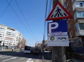 Primarul Stan nu face alte parcări, dar îi amenință pe șoferi că le blochează roțile dacă parchează fără să plătească