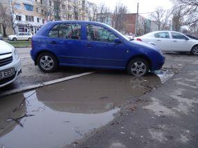 Un șofer care a riscat să-și rupă planetarele pentru un loc de parcare în Noul Galați