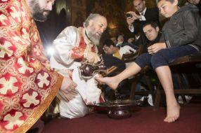 ÎPS Casian, spălînd și pupînd cu foc picioarele orfanilor