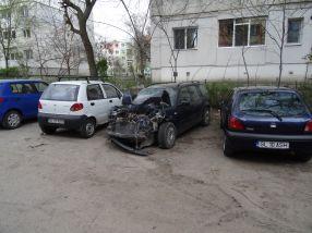 O rablă făcută zob ocupă degeaba un loc de parcare în Galați