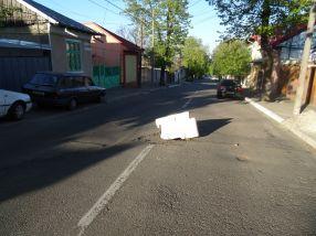 O groapă în mijlocul străzii, semnalizată corespunzător