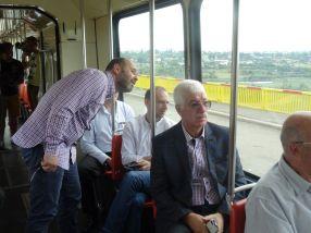 City Managerul Aurel Vlaicu și viceprimarul Florin Popa (cu părul alb), aiurea-n tramvai