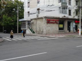 Locul unde s-a produs atacul în stil mafiot: pe trecerea de pietoni de pe str. Domnească, lîngă sediul Omniasig