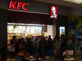 Gălăţenii stau la coadă la porcăriile KFC