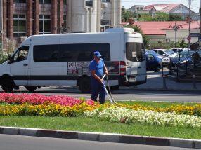 Subalternii directorului Eduard Grosu au udat pînă la refuz, toată vara, squarul de pe str. Brăilei