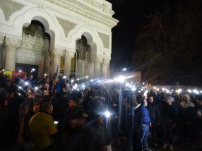 La Catedrală, în loc de lumînări, protestatarii au aprins lanterna telefonului mobil pentru a ține un moment de reculegere