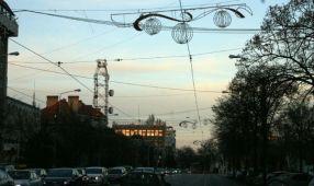 În Brăila, decorarea cu ghirlande, globuri și luminițe a început de ieri dimineață (luni)