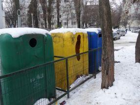 Țiganii au găsit o soluție și pentru a fenta gardurile cu care sînt împrejmuite igluurile Ecosal Galați