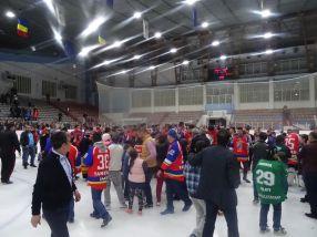 Spectatorii au pătruns pe gheață pentru a se poza cu campionii de la Dunărea