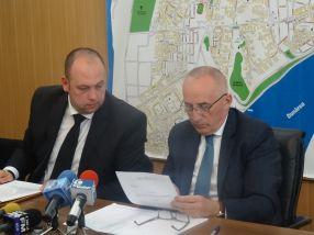 Avocatul Dragoș Daghie (stînga), alături de primarul Marius Stan