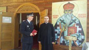 De la dreapta la stînga: un sfînt, un preot și un pompier