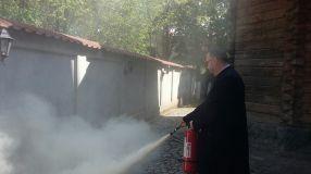 Pt. antrenament, pompierii le-au cerut preoților să facă fum ca la club