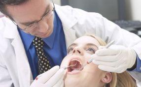 Un fals stomatolog din Franța a mutilat 100 de pacienți scoțîndu-le dinții din față
