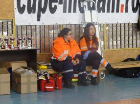 Un echipaj al Ambulantei a fost prezent în sală, în cazul în care se lăsa cu oase rupte