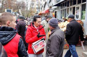 Laura Marin, deputat PSD Galati, a purtat mănusi din piele la întîlnirea cu oamenii simpli, desi afară era destul de cald
