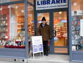 Ilie Zanfir s-a pozat ca un cocalar în fata unei librării din Bucuresti