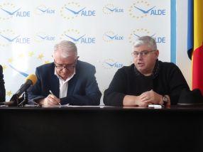 Deputatul Eugen Durbacă si Marian Popa (dreapta), zis Tupeu sau Alba-Neagra, fericiti de împăcare