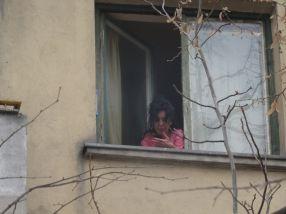 Doamna în capot roz i-a luat la ture pe muncitori
