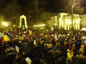 Peste 2.500 de gălăteni s-au adunat miercuri seară în fata prefecturii