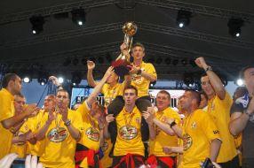 Imagine document, din luna mai 2011, cu fotbalistii Otelului arătînd suporterilor trofeul de campioană