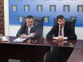 Victor Paul Dobre (stînga), alături de tînărul consilier local PNL Galati, Alex Serban