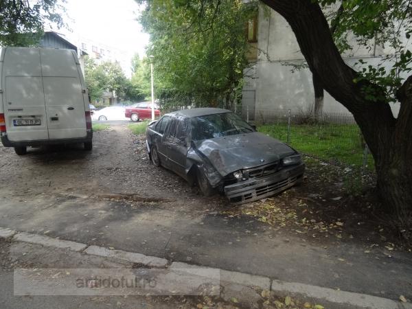 Rablă BMW, puternic avariată, abandonată pe spațiul verde în Galați (foto)