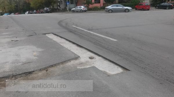 Dau prin gropi de meseriași ce sunt: niște băieți au uitat să termine o lucrare pe strada Navelor