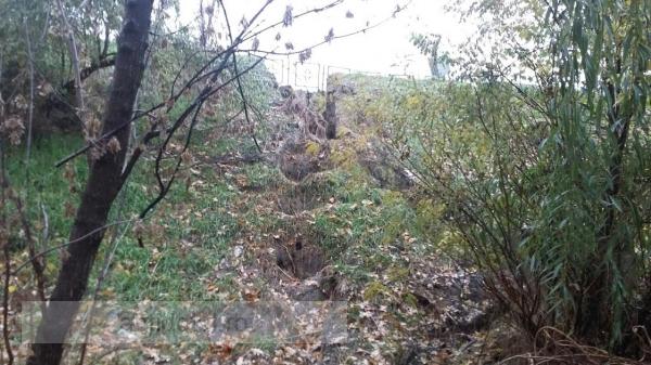 Faleza o ia la vale: o rîpă a apărut chiar lîngă cîrciuma Nic Nic