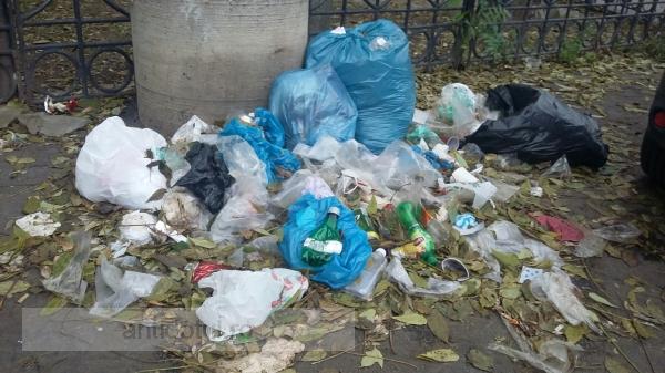 Eu sunt mic și mă fac mare, sunt gunoiul lu' matale: niște nesimțiți au aruncat gunoiul pe un trotuar din Centru